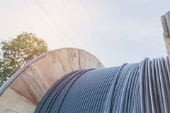 Elektrisk kabel för svart tråd med träspolen av elektrisk kabel Royaltyfria Bilder