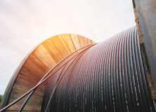 Elektrisk kabel för svart tråd med träspolen av elektrisk kabel Fotografering för Bildbyråer