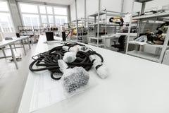 Elektrisk kabel i svart flätad tråd för textil Arkivbilder