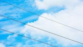 Elektrisk kabel med blå himmel - bakgrund Arkivfoton