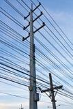 Elektrisk linje och stolpe. Fotografering för Bildbyråer