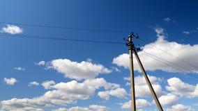 Elektrisk linje pyloner mot en bl? himmel arkivfilmer