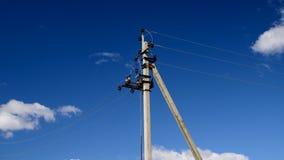 Elektrisk linje pyloner mot en bl? himmel stock video