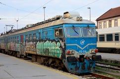 Elektrisk lokomotiv för tidigare jugoslaviska järnvägar med den grafittiBelgrade stationen Serbien Royaltyfri Foto