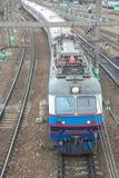 Elektrisk lokomotiv med bilar royaltyfria bilder