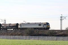 Elektrisk lokomotiv med fraktdrevet på WCML Royaltyfri Bild