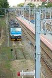 Elektrisk lokomotiv och järnvägsspår i Poznan, Polen Royaltyfria Bilder
