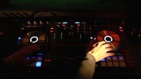 Elektrisk maskin på tabellen för att arbeta av den solida formgivaren eller klubban dj på partiet i nattklubb lager videofilmer