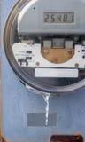 Elektrisk meter, closeup, på den utvändiga väggen Arkivfoton