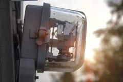 Elektrisk meter som installeras på polen fotografering för bildbyråer