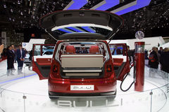 elektrisk minivan volkswagen för bullibegrepp Fotografering för Bildbyråer