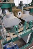 Elektrisk molarmaskin Wood fabrik Hyvelspån som maler Fotografering för Bildbyråer