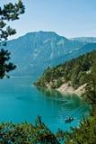 Elektrisk motorbåt på sjön Achensee, mellan Pertisau och Achenkirch, Tyrol, Österrike Royaltyfria Bilder