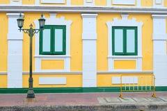 Elektrisk pol, fönster och gulingbyggnad royaltyfria foton