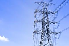 Elektrisk pol i himlen på middagen Arkivfoto