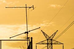 Elektrisk pol med färgrik gul solnedgång Royaltyfria Foton
