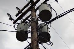 Elektrisk pol med massor av kablar arkivfoto