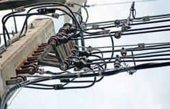 Elektrisk pol med trådar Arkivbilder