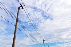 Elektrisk pol och kabel royaltyfria bilder