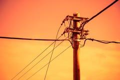 Elektrisk pol och kraftledning arkivbilder