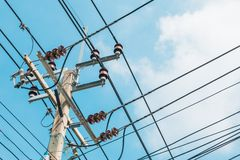 Elektrisk pol och kraftledning på himmelbakgrund arkivbild