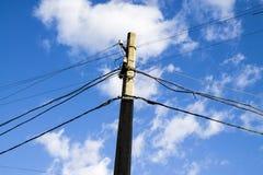 Elektrisk pol på en bakgrund för blå himmel arkivbild