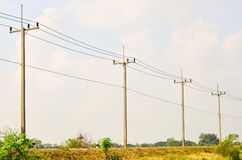 Elektrisk pol på en landsväg Arkivbild
