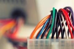 Elektrisk propp med färgrika kablar Fotografering för Bildbyråer
