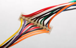 Elektrisk propp med färgrika kablar Arkivfoton