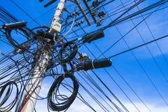 Elektrisk pylon med caotic elektriskt ledningsnät Royaltyfri Bild