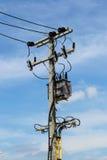 Elektrisk pylon med transformatorn arkivfoto