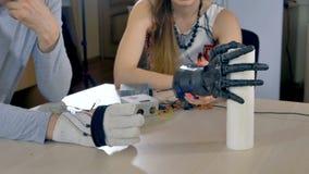 Elektrisk robotic arm som griper pappers- handdukar lager videofilmer