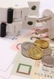 Elektrisk säkring och propp, pengar på den elektriska teckningen, energibegrepp Arkivbilder