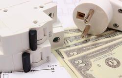 Elektrisk säkring och propp, pengar på den elektriska teckningen, energibegrepp Royaltyfri Bild