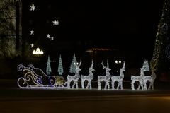 Elektrisk Santa Claus släde och renar royaltyfria bilder