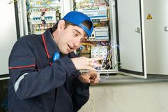 elektrisk shock under arbetare royaltyfri foto