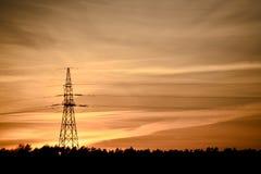 elektrisk spänning för högt torn Arkivfoto