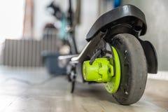 Elektrisk sparkcykel för Closeupdagsikt som laddar upp Royaltyfria Bilder