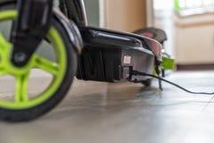 Elektrisk sparkcykel för Closeupdagsikt som laddar upp fotografering för bildbyråer