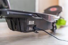 Elektrisk sparkcykel för Closeupdagsikt som laddar upp Arkivbilder