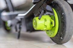 Elektrisk sparkcykel för Closeupdagsikt som laddar upp Royaltyfria Foton
