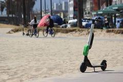 Elektrisk sparkcykel för limefrukt-s på den Venedig stranden Arkivbilder