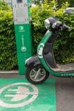 Elektrisk sparkcykel på päfyllningsstationen Royaltyfria Bilder