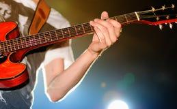 Elektrisk spelare för gitarr av uppenbarelsen för svart ask Fotografering för Bildbyråer
