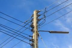 Elektrisk stolpe med kabel och ljus Royaltyfri Foto