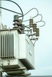Elektrisk stolpe vid vägen med kraftledningkablar, transformatorer och telefonlinjer Fotografering för Bildbyråer