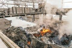 Elektrisk travers med mekanisk multivalveclamshellbrottning över avdunstning av smält vätskeglödhett järn och slagg in arkivfoto