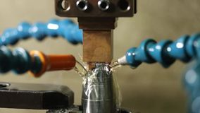 Elektrisk urladdning som bearbetar med maskin, den fabriks- processen, formar metall, genom att skapa gnistor stock video