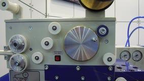 Elektrisk urladdning som bearbetar med maskin mekanismen för EDM-trådmatning lager videofilmer