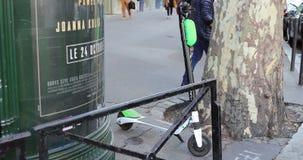 Elektrisk uthyrnings- sparkcykel för limefrukt S i Paris Frankrike stock video